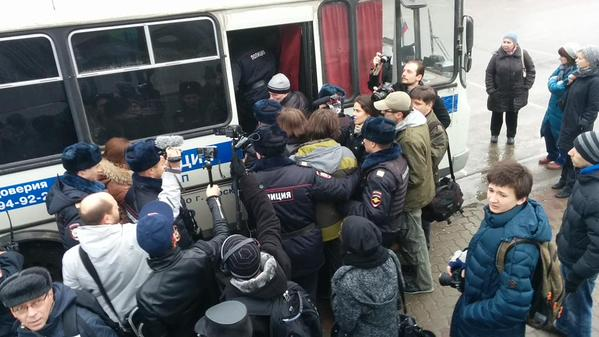 More than 10 people were detained at Vystavochnaya metro station. They wanted to ask alternative questions for Putin