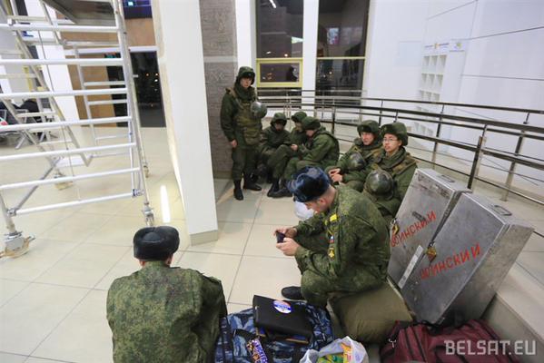 Putin's 'polite people' at Minsk railway station