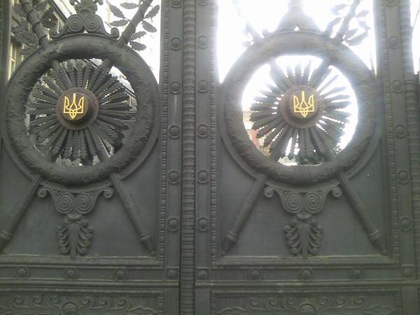 De-Sovietization continues: Ukraine's ancient trident replaced Soviet hammer and sickle on main gov't gates today: