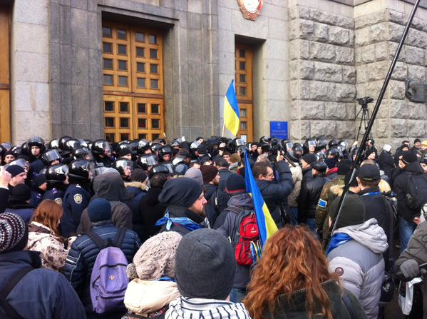 Kharkiv.On the steps of city Council people conftonting police