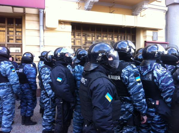 Kharkiv. Policemen with weapons and stun grenades used to work in the Berkut