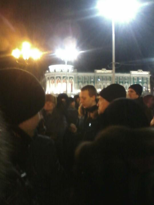 Protesters are reading the statement of Navalny in court in Ekaterinburg