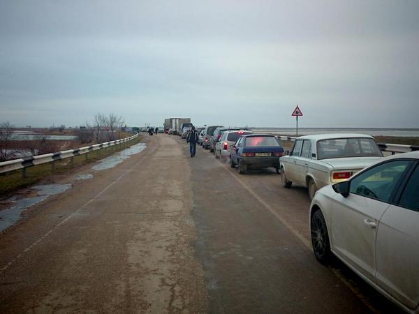 Since the trains between Ukraine and Crimea had stopped there is grant line of cars and people on cp in Chongar