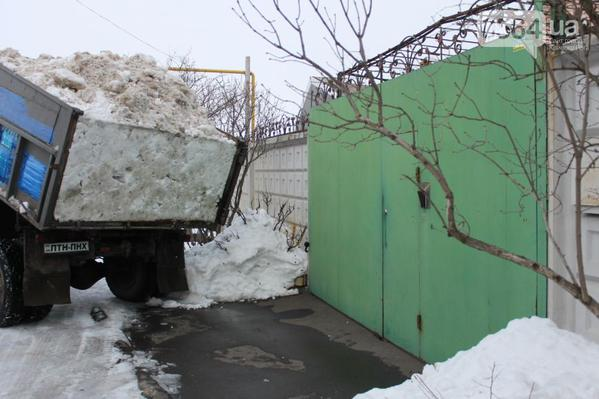 In Kryvyi Rih people move snow from bus stops to house of Vilkul, Corrupt MP from the city