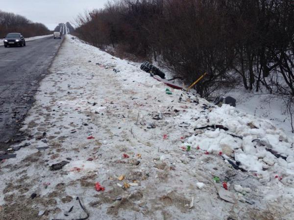 Accident near Artemivsk. Broken cars scattered along the roadside.