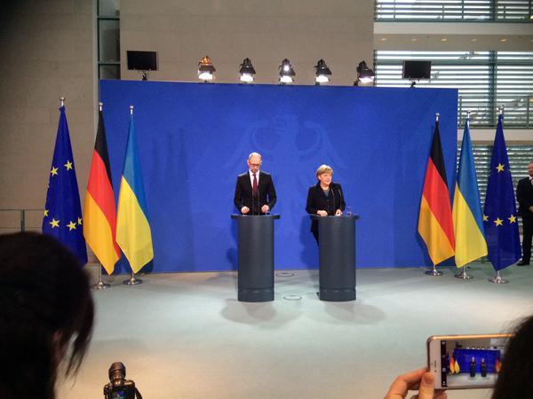 Ukrainian PM Jatsenyuk with Merkel in Berlin. Merkel: territorial integrity of Ukraine should be restored