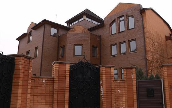 Luxury house of Yanukovych on Obolon embankment transferred to  figurehead owner