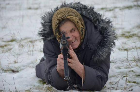The grandmother took up the riffle gun to protect the country at the Lviv region