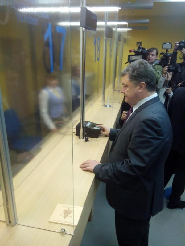.@poroshenko give his biometric data to the new passport