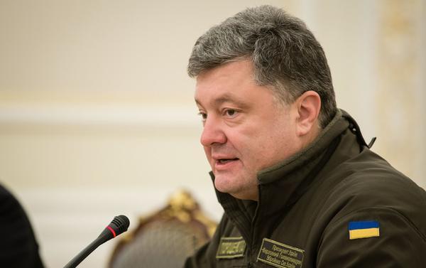 Poroshenko received biometric passports the first in Ukraine