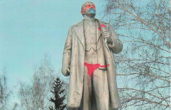 In Novosibirsk (Russia) unknown dressed the monument to Lenin in red pants