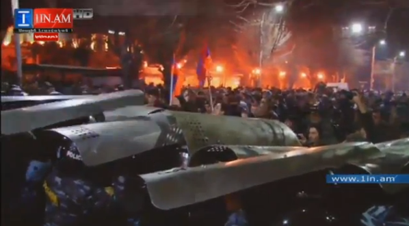 Security forces went on the offensive in Yerevan, the crowd steps back