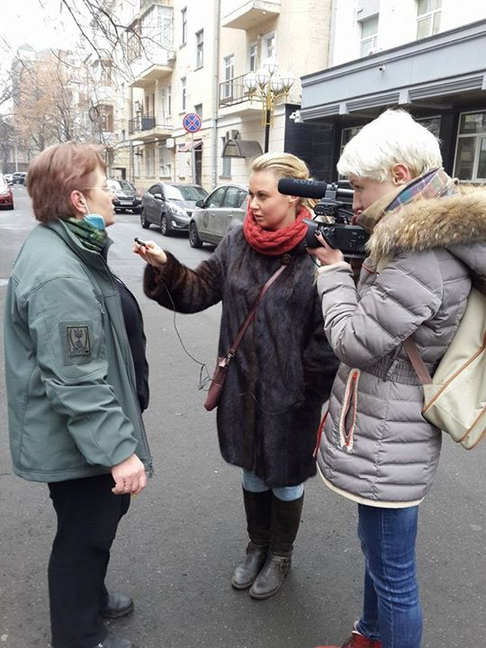 Passers-by have damaged the camera of LifeNews journalists, becouse they have prevented working of Ukrainian TV journalists