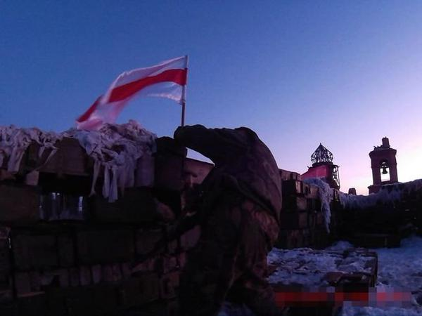 Cyborgs from Belarus raise national flag in Pisky and help Ukraine troops defend Donetsk airport
