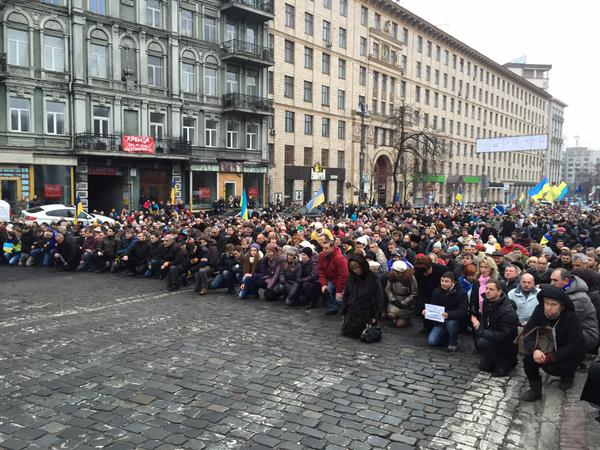 Thousands kneel down to commemorate 1st victims of Euromaidan revolution