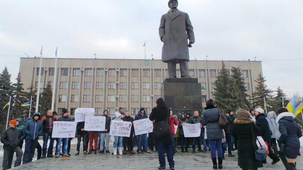 Some protesters in Slavyansk protect Lenin monument. Break not to build.