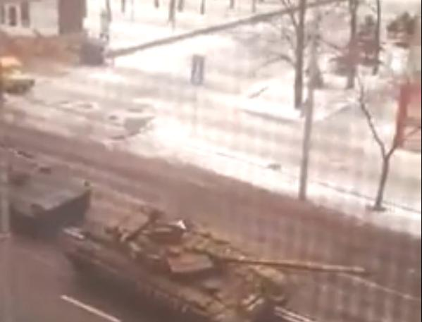 Donetsk - occupiers pull tank on the tow
