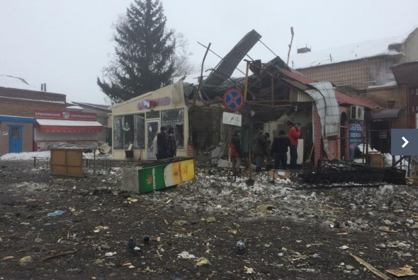 There is a mass exodus from Debaltseve with cars after massive Russian salvos hit city, train station.