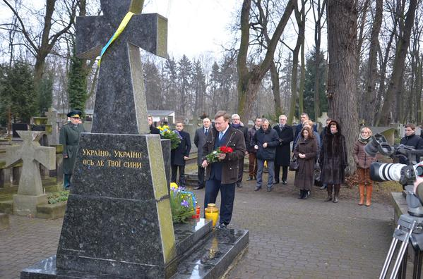 Ukrainian Embassy and community has honored the memory of the buried soldiers of the UNR in Warsaw