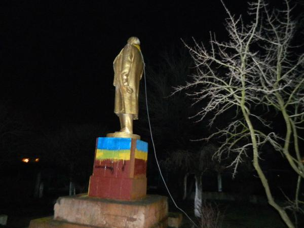Monument to Lenin was piled up in Chabot, Odessa region