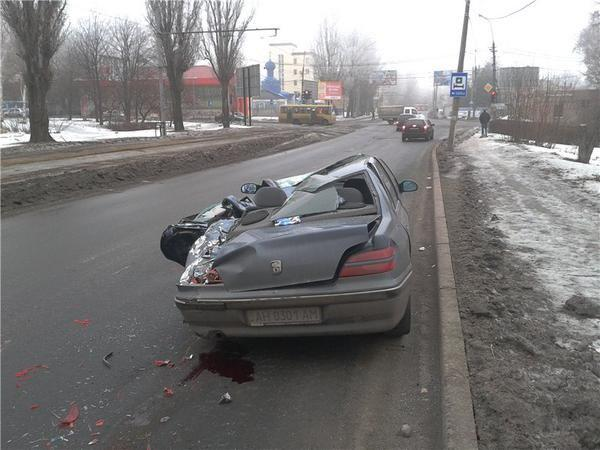 Donetsk, road accident car vs Self-propelled Akatsiya